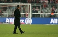 SC-Trainer Robin Dutt läuft nach der Niederlage enttäuscht über das Spielfeld