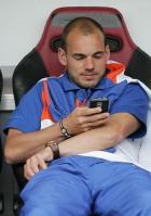 Wesley Snijder bei seiner größten Anstrengung des Abends: SMS schreiben