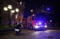 Ein Feuerwehrmann entfernt einen Poller
