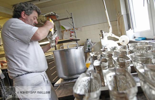 Die Osterlämmer werden mit Biskuitteig gefüllt