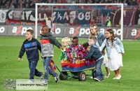 Die Kinder der Spieler bringen die Trophäe für den Pokalsieg