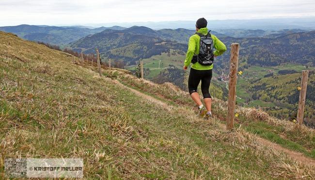 Trainingslauf am Belchen (1414m) im Südschwarzwald mit Spiegelreflexkamera und Raidlight-Endurance-Rucksack.