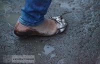 das falsche Schuhwerk bei Dauerregen im Sand