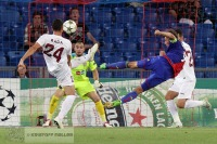 Marco Streller erzielt das Tor zum 1:0 per Seitfallzieher gegen Mario Felgueiras und Ionut Rada