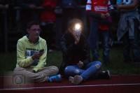 Tropfen auf den heißen Stein: Die Fans versuchten das Spielfeld mit ihren Smartphones zu beleuchten.