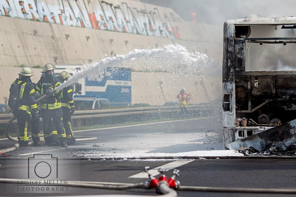 Feuerwehr / Polizei / Brand / Linienbus / Bus brennt auf der Autobahn A 98 Höhe Lörrach Mitte komplett aus. 60 Feuerwehrleute im Einsatz