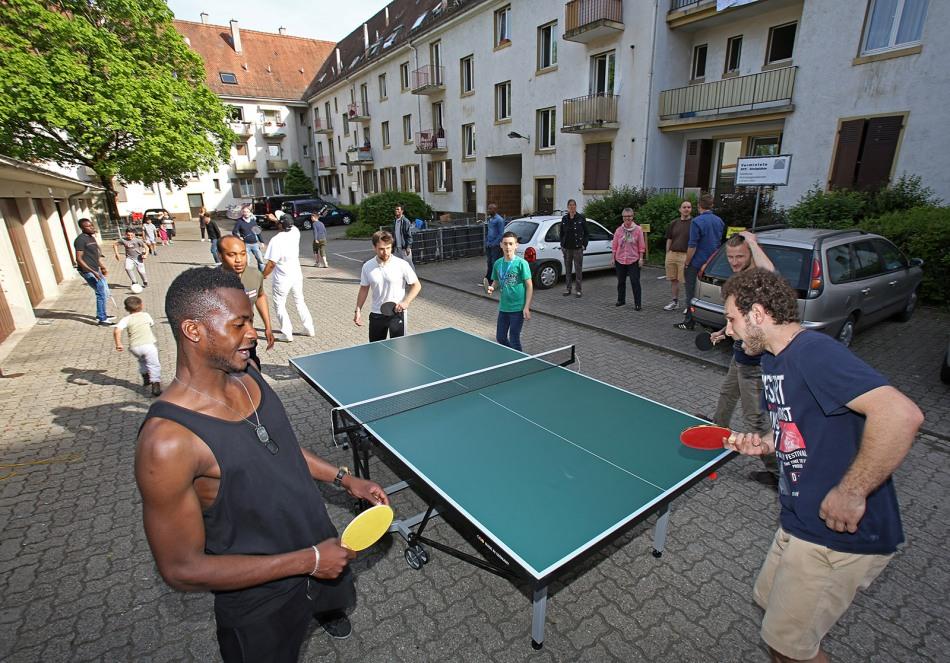 Gemeinschaftsunterkunft für Flüchtlingen und Asylbewerber in der Gretherstraße Lörrach - Freizeitangebot Sport im Hof - Premiere